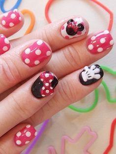 q w e r t y u I o p ñ l k j h g f d s a z x c v b m n 1 2 3 4 5 6 7 8 9 0  ••• Uñas rojas y negras con estampado de puntos blancos estilo Minnie ••• Mickey Mouse y Minnie ••• Disney ••• Disney Channnel