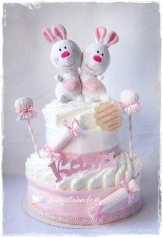 Gâteau de couches naissance fille avec son duo de doudou personnalisé pour la petite Kaya.