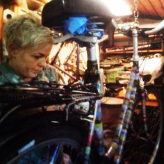 Kristina Borregaard Hall. Kriskrea laver maskingtape-cykel.