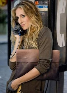 Sarah Jessica Parker rocked some great leather gloves in Sex and the City the Movie. Would you try this Carrie Bradshaw look? Sarah Jessica Parker, Christian Audigier, Carrie Bradshaw Estilo, Carrie Bradshaw Hair, Cary Bradshaw, Glamour, Half Gloves, Prada Clutch, Hair And Beauty