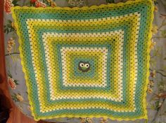 Colchita de crochet con buho