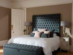 cabecero de cama, dormitorio pequeño con cama doble en azul oscuro, cabezal capitoné de terciopelo, cojines en color rosa y azul