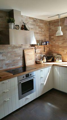 Fliesen in Maueroptik matt lasiert. Ikea Küche Hittarp mit massiver Eichenarbeitsplatte.