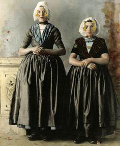 Meisjes uit Arnemuiden, 1894. Het meisje links draagt het kostuum van de Arnemuidse vissersdracht. Het meisje rechts draagt de modernere Arn...