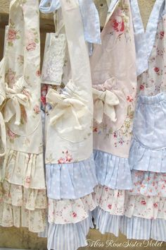 22 new ideas sewing aprons vintage shabby chic Aprons Vintage, Vintage Shabby Chic, Shabby Chic Decor, Vintage Sheets, Shabby Chic Crafts, Shabby Chic Pink, Vintage Handkerchiefs, Vintage Linen, Fabric Crafts