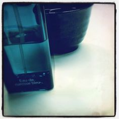 Un peu de poésie dans la journée: l'Eau de Narcisse Bleu et une tasse de #thé. #parfum du jour #cologne #Hermès #scent of the day
