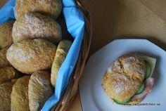 Äntligen har jag tagit mig tid och bakat lite bröd igen. Dessa Morotsbröd har jag bakat tidigare och tycker väldigt mycket om dem för att de blir så saftiga och goda. De är perfekta till både salla…
