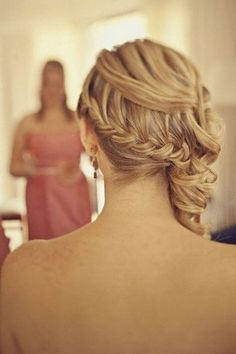 Get inspired: A lovely side-swept braided hairdo for the bride. Wedding perfect!