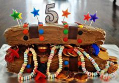 mommo design: PIRATE PARTY I like this cake idea. Very effective and the kids would go nuts for all that treasure Pirate Birthday, Pirate Theme, Mermaid Birthday, Pirate Party, Man Birthday, Birthday Parties, Birthday Ideas, Treasure Chest Cake, Fancy Cakes