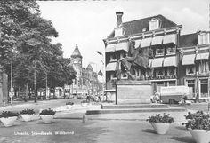 1960-1970. Gezicht op het Janskerkhof te Utrecht, uit het zuidwesten met het standbeeld van Sint-Willibrord, links de Janskerk en rechts Hotel des Pays Bas (Janskerkhof 10).