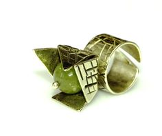rezervat momentan - inel din alama texturata si agata verde (lucrare inscrisa in Concursul Decoreaza-ti Iarna, cu Breslo!)