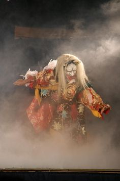 Kagura dance - Japanese Shinto theatrical dance, with roots arguably predating those of Noh and performed at Shinto shrine dedicated to the Spirits 神楽 Japanese Mask, Japanese Kimono, Geisha, Samurai, Cultural, Japanese Design, Japan Fashion, Japanese Culture, Ikebana