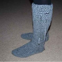 Free Crochet Slippers and Bootie Sock Patterns Ideal for Beginners (Step-by Step) Easy Crochet Slippers, Crochet Slipper Pattern, Crochet Boots, Cute Crochet, Crochet Crafts, Crochet Baby, Crochet Projects, Crochet Patterns, Crochet Style