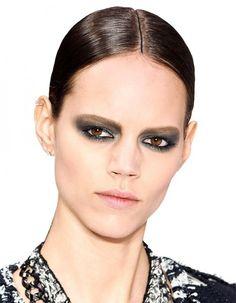 Un smoky eyes peut paraître compliqué à réaliser mais avec les conseils de Claire Blavet, maquilleuse chez Chanel, ce maquillage incontournable devient un jeu d'enfant.  http://www.elle.fr/Noel/Beaute/Reussir-son-smoky-eyes-les-conseils-de-Chanel