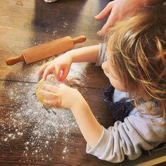 Aujourd'hui c'est fabrication de pâte fraîche en famille 🤗  Tout le monde met la main à la pâte 😉  #tagliatelles, #patealasagne, #petiteravioles , nos petits chefs et les plus grands ce sont surpassés et notre équipe de choc est très fière de ses réalisations comestibles 😋👍 En vous souhaitant une Belle journée en famille pour ceux qui ont la chance d'être confinés avec leurs proches 😄  #cuisinemaison #ideerecette #recette #recetteafaireaveclesenfants #recettepourenfants #tutocuisine #paulde Cinnamon Sticks, Spices, Fresh Pasta, Tagliatelle, World, Recipes, Spice