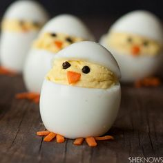 Upstate New Yorkers love their deviled eggs! How cute would these be for taste of home on the Easter table? Turn deviled eggs into adorable hatching chicks Holiday Treats, Holiday Recipes, Chick Deviled Eggs Recipe, Animal Themed Food, Cute Food, Yummy Food, Delicious Recipes, Easter Appetizers, Easter Desserts