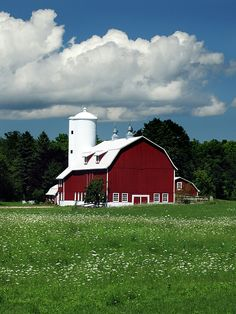 Red Barn White Cloud by David T Wilkinson Country Barns, Country Life, Farm Images, Barn Pictures, Barn House Plans, Farm Photo, Farm Barn, White Barn, Wagon Wheel