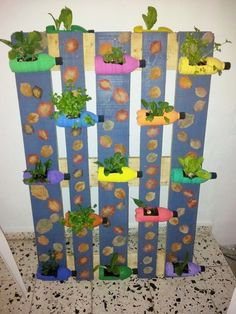 Haz tu propio huerto vertical con material reciclado Make your own vertical garden with recycled mat Make Your Own, Make It Yourself, Pre And Post, Soft Serve, Plantation, Back Gardens, Houseplants, Vegetable Garden, Mother Nature