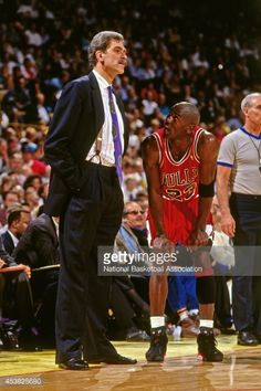 Fotografia de notícias : Phil Jackson and Michael Jordan of the Chicago...