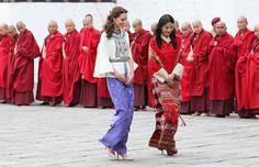 En su más reciente viaje a la India con su esposo, el Príncipe William, la Duquesa de Cambridge usó 18 outfits diferentes que en conjunto suman más de $50,000 USD. Entre prendas de lujo y low-cost, descubre cuánto costó cada uno.