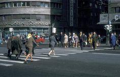 """Bucuresti, intr-o dimineata de octombrie, 1970. Intersectia CA Rosetti – Bd. Magheru.  In coltul din dreapta, o bucata din blocul Scala, ce se va prabusi sapte ani mai tarziu, in 4 martie, in timpul cutremurului.  In coltul de vis-a-vis, Lacto-Bar Dorna. Se putea manca dimineata cu 1 leu un iaurt+o painisoara. De remarcat """"traficul"""", doar un singur fericit posesor al unui Ford Capri, cea mai de fitze masina in epoca.  In spate, parcat, un VW broscuta, la mana a doua, din ce Socialism, Communism, Bad Life, Ford Capri, Old City, Timeline Photos, Time Travel, Alter, Childhood Memories"""