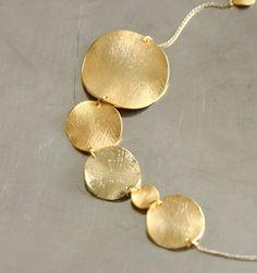 濃淡のあるゴールドのカラーバリエーションが美しく、繊細で豊かな表情が魅力的です。 長く愛用していますとコーティングが剥がれてくることもありますがそれもまたアンティークのような風合いで◎。