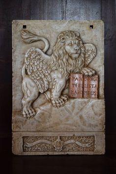 Saint Mark Lion - Serenissima - gemaakt van Carrara marmer met antieke geel marmer ingelegd - Italië Venetië - laat 1800s  Saint Mark Lion - Serenissima - gemaakt van Carrara marmer met antieke geel marmer ingelegd - Italië Venetië - laat 1800sHet beeld werd volledig hand gewerkt en hand gebeeldhouwd gemaakt in ware Carrara-marmer het is niet een kunsthars of marmeren stof alleen originele marmer.Vanuit de stad van Venetië van een belangrijk paleis van een oude Venetiaanse familie draagt in…