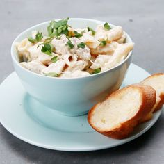 Bringing it back to the basics with this one pot chicken alfredo! Ingredients (for 4 servings) * 1 tablespoon olive oil * 2 chicken… Tasty Videos, Food Videos, Easy Delicious Recipes, Yummy Food, Parmesan, Chicken Alfredo, Pasta Alfredo, Penne Pasta, Chicken Pasta