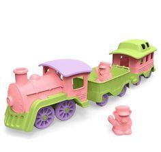 rein roze  Allemaal instappen! De Greent Toys trein vertrekt vanaf het station. Deze locomotief is klaar om te vertrekken op weg naar een eco-vriendelijk avontuur. Gemaakt in Amerika van 100% gerecyclede plastic melk verpakkingen. De helder gekleurde stoomlocomotief trekt 2 waggons vrolijk achter zich aan, maar door de wagons zijn ook gemakkelijk af te koppelen zodat er met ieder onderdeel op zich gespeeld kan worden.