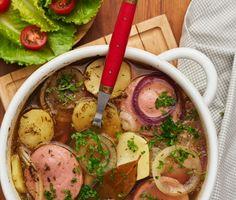 En snabblagad god falukorvsgryta med potatis, lagerblad, skivad lök och en mustig buljong där allt tillagas i en och samma gryta. Detta är med andra ord en perfekt vardagsrätt som är god, mättande och som lämnar lite disk efter sig. Servera med en fräsch tomatsallad och låt det väl smaka! Swedish Chef, Swedish Recipes, Ramen, Recipies, Food And Drink, Chicken, Meat, Cooking, Ethnic Recipes