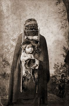 "Cabinet Card made by: Heitmuller & Pagnard, Traiguen Chile. Handwritten caption: ""Indienne portant un enfant"" [Indian woman carrying a child] Certainly she is a Mapuche Indian. Geronimo, Creepy Images, Native American Indians, Native Americans, We Are The World, Mother And Child, Tribal Art, First Nations, South America"