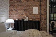 If I wouldn't know that this beautiful place was based in Sweden, I would have thought it was a New York loft. The rough industrial elements like the black glass walls, the exposed brick walls and the grey steel beams are softened … Continue reading → Rooms Home Decor, Living Room Interior, Diy Home Decor, Appartement New York, New Yorker Loft, Loft Industrial, Beton Design, Exposed Brick Walls, Decor Inspiration