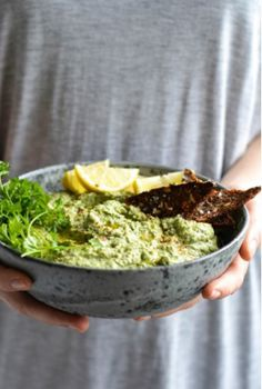 parsley hummus with crispy rye crackers