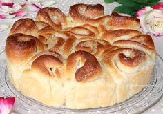 La Torta di Rose è un dolce delizioso realizzato con un impasto simile al pan brioche farcito con una crema al burro, è fantastica, profumata e sofficissima
