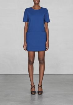 Made from thick, comfortable cotton fabric with a light stretch, this short-sleeved dress has a boxy silhouette combined with invisible stitching giving it a clean and sporty-chic style.