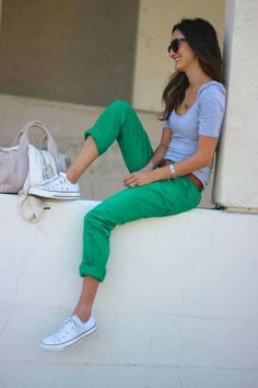 green pants / grey T / white Chucks I heart this outfit soooooooo much! So casual 😍 Style Converse, Moda Converse, Outfits With Converse, Converse Shoes, Cheap Converse, Colored Jeans Outfits, Blue Converse, Outfits With Green Jeans, Converse Outfits