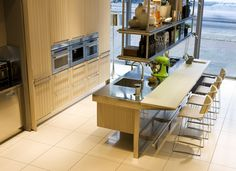 Moderne keuken Lignum et Lapis van Arclinea. Antonio Citterio ontwikkelde voor Arclinea keuken Lignum et Lapis. In deze keuken smelten technische noviteiten en natuurlijke materialen samen tot één harmonieus Arclinea design. In deze opstelling is de keuken voorzien van een zitgedeelte aan het het werkblad van het kookeiland. Zo kun je ook tijdens het bereiden van de maaltijd contact houden met je gasten. Arclinea, foto Abe van Ancum