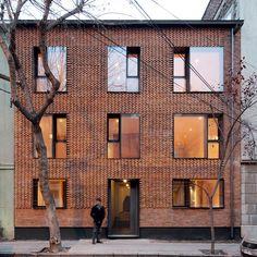 MAPA updates Chilean housing block with textured brick facade (Dezeen) Detail Architecture, Brick Architecture, Residential Architecture, Contemporary Architecture, Architecture Interiors, Chinese Architecture, Architecture Office, Futuristic Architecture, Facade Design