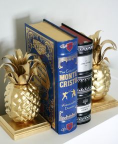 ¡Dale un toque de glamour a tu hogar con este hermoso sujeta libros de piñas! #Manualidades