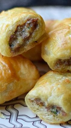 Sausage Rolls Puff Pastry Sausage Rolls-perfect for a snack or an appetizer at your holiday party! in some Herlocher's!Puff Pastry Sausage Rolls-perfect for a snack or an appetizer at your holiday party! in some Herlocher's! Finger Food Appetizers, Appetizers For Party, Delicious Appetizers, Sausage Appetizers, Appetizers With Puff Pastry, Puff Pastry Dinner Recipes, Puff Pastry Desserts, Appetizer Ideas, Recipes For Appetizers