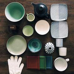 https://flic.kr/p/nt4DVK | #波佐見陶器まつり と #有田陶器市 の戦利品。 essence のボール amabro のマグ(ムーミン皿やなます皿も買えばよかったといまさら) 白山のポット/多用皿/湯呑み/そば猪口/一輪挿し/スープカップ JICON(磁今)の飯碗 馬場商店の小皿/Rayマグ/プレート/飯碗 HASAMI のタイル(デジタルネイティブ笑)(迷いに迷ったプランター、公式サイト載ってない…試作品だったとか?買えばよかった!) 武雄の居酒屋の女将さんの好意でもらった軍手(使わなかったけれどよい思い出) #vscocam
