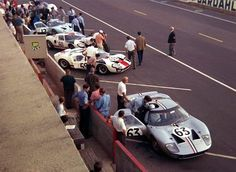 1966 - the armada of Ford at Le Mans Real Racing, Sports Car Racing, Auto Racing, Race Cars, Classic Sports Cars, Classic Cars, Le Mans, Course Automobile, Carroll Shelby