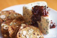 Hei, Visste du at det har vært ostens dag i dag? Nei, ikke jeg heller, og for meg som er så glad i oster kunne det gjerne vært ostens dag hver dag!  Men siden jeg nå engang følger med på det som skjer i matbloggeverdenen, har jeg altså fått med meg at det er selveste ostens dag i dag, og i den anledning tenker jeg at det passer å hentefrem en oppskrift på marmelade som smaker fantastisk godt til ost! Marmeladen lages med pærer, blå druer og mørke rosiner, og er god til alle slags…