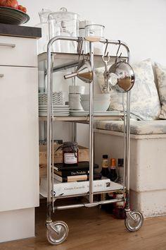 Brug den i køkkenet eller spisestuen til opbevaring af retter. | 25 Awesomely Creative Ways To Use A Bar Cart