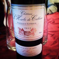 AOC #bordeaux supérieur, cette cuvée #chateaudelhurbe a une robe #grenat foncé. Selon son propriétaire récoltant, Marc Bousseau des vignobles Bousseau, l'accord #metsvin est parfait avec une belle pièce de viande rouge ! 90% de merlot et 10% de #cabernetsauvignon. Élevage en fut de #chêne. Les barriques utilisées sont françaises ( en majorité ) et américaines. #winelovers #winemakers #winemakerlover