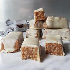 Białe fit michałki z 4 składników – Tetiisheri Sweets Recipes, Raw Food Recipes, Cookie Recipes, Vegan Desserts, Delicious Desserts, Yummy Food, Fitness Cake, Food Map, Dessert Drinks