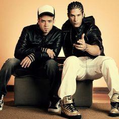 """Chino y Nacho cantan una de mis canciones favoritas se llama """"Niña Bonita"""". Me gusta escuchar su música. Tienen muchas canciones buenas."""