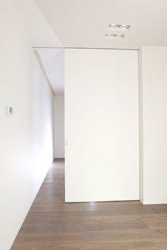 Moderne binnendeuren | Schoeffaerts Afwerking & Interieur Secret Room Doors, Secret Rooms, Minimalist Interior, Modern Interior, Casa Milano, Townhouse Interior, Bathroom Renos, Pocket Doors, Diy Home Improvement