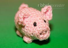 Mit dieser Häkelanleitung häkelst du in wenigen Schritten ein kleines Amigurumi Schwein. Das süße kleine Schwein im Sparschwein Look kannst du selbst behal