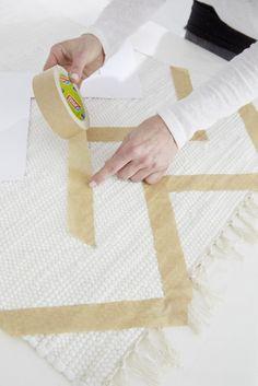Das Kreppband an den Kanten fest andrücken. #doityourself #tutorial #world #map #carpet